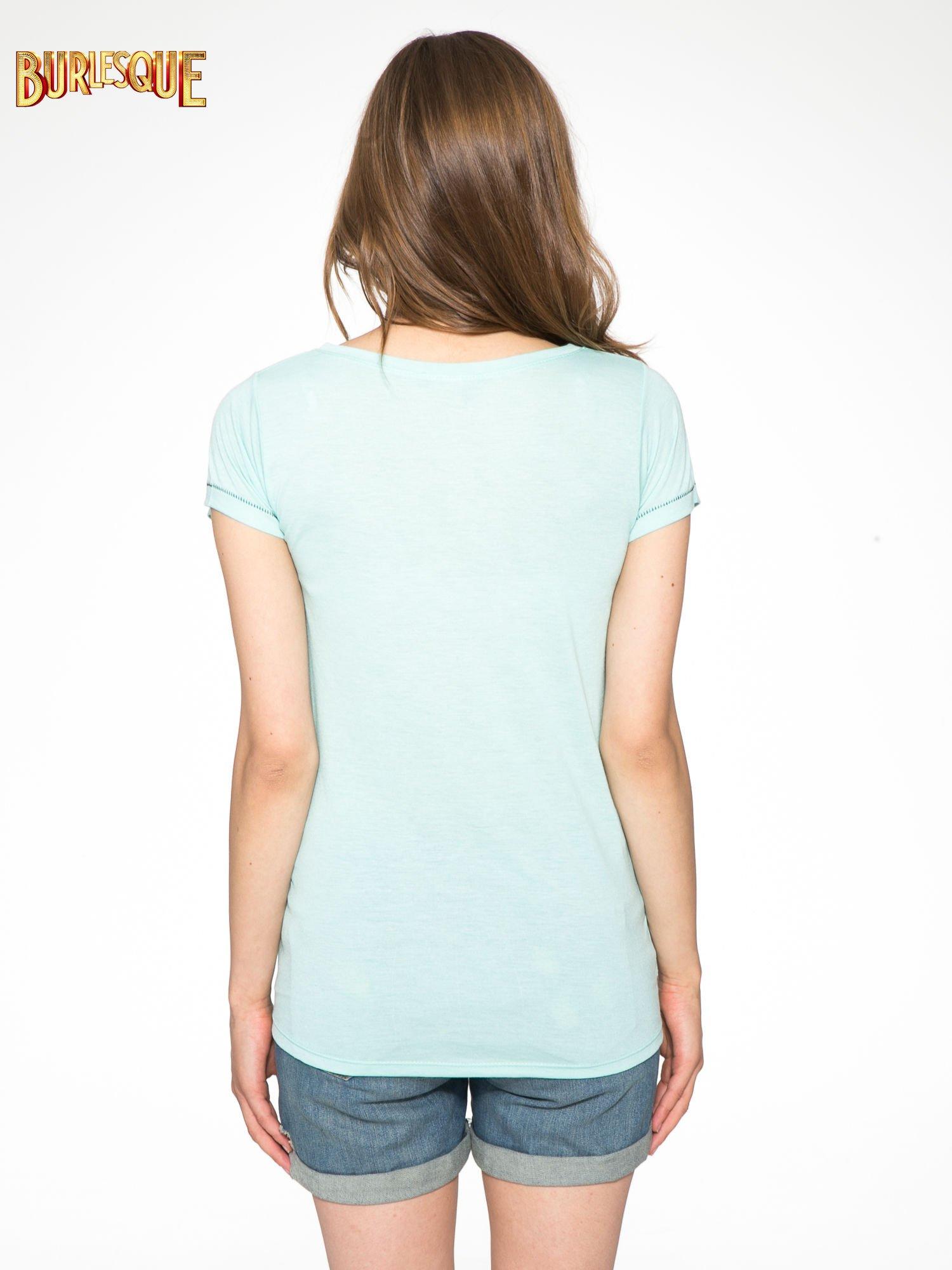 Zielony t-shirt z błyszczącym numerem 1983                                  zdj.                                  4