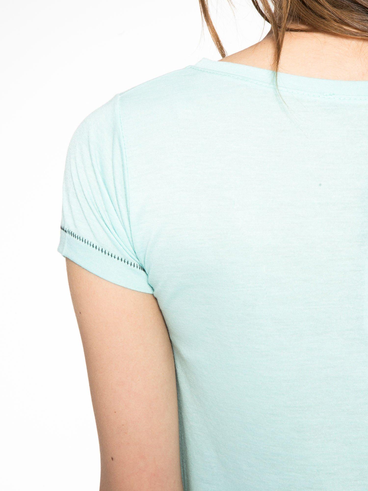 Zielony t-shirt z błyszczącym numerem 1983                                  zdj.                                  10