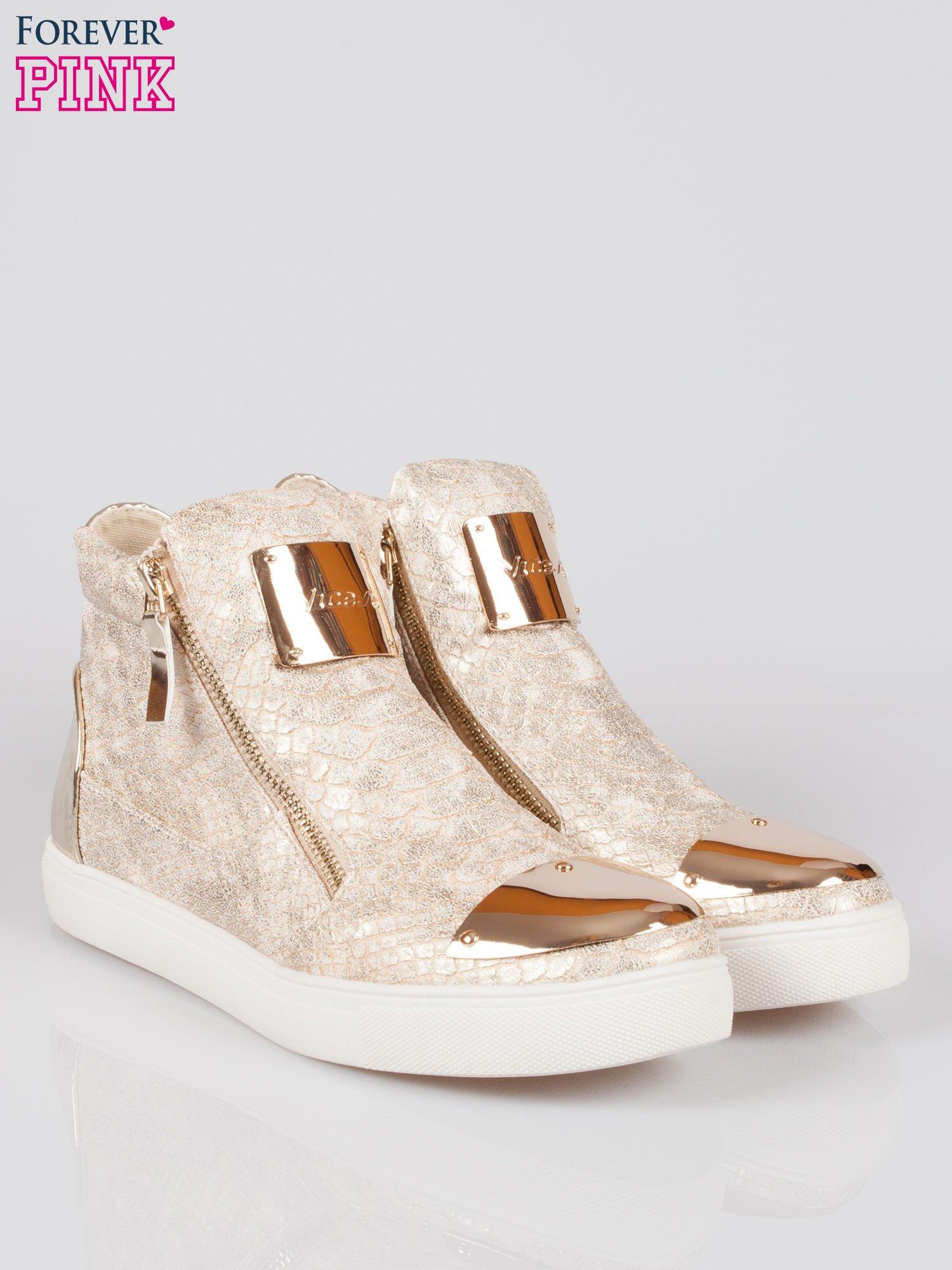 Złote wężowe sneakersy z blaszką na nosku Charm                                  zdj.                                  2