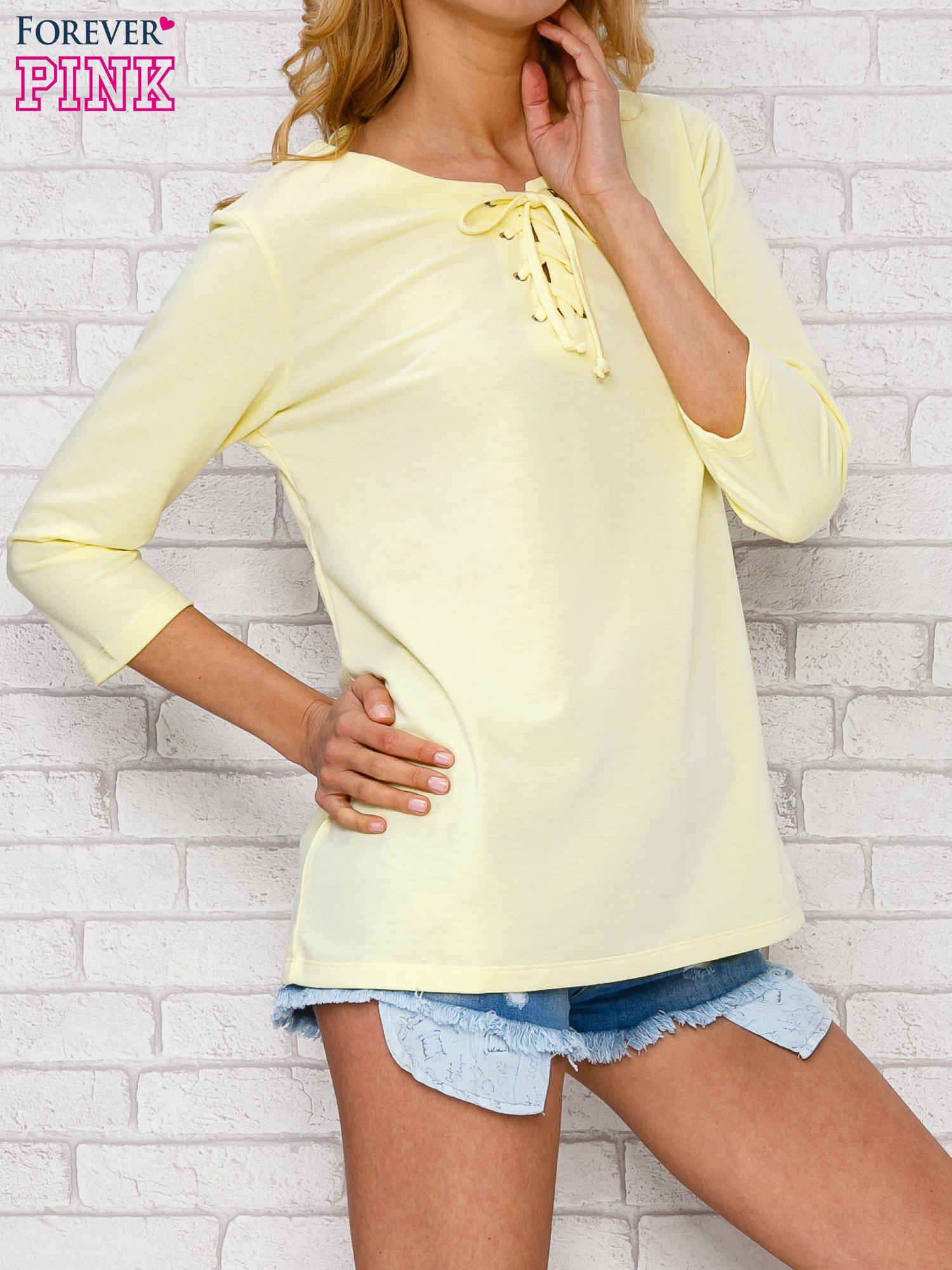 Żółta bluzka ze sznurowanym dekoltem                                  zdj.                                  3
