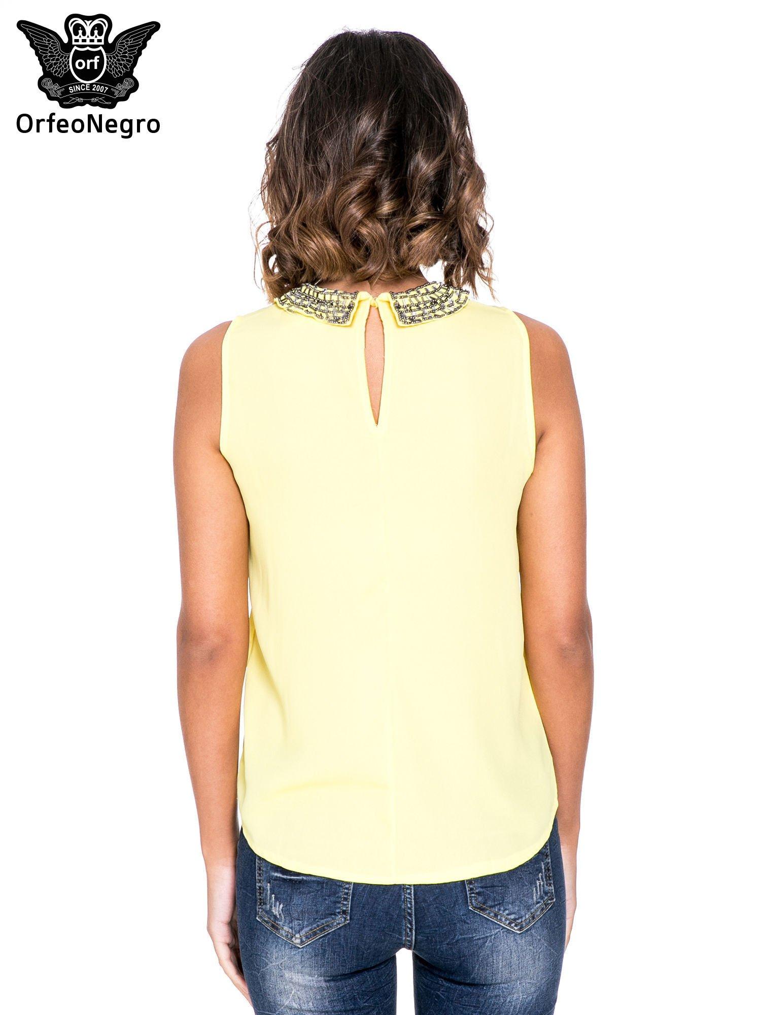 Żółta koszula z okrągłym kołnierzykiem zdobionym cekinami i koralikami                                  zdj.                                  4