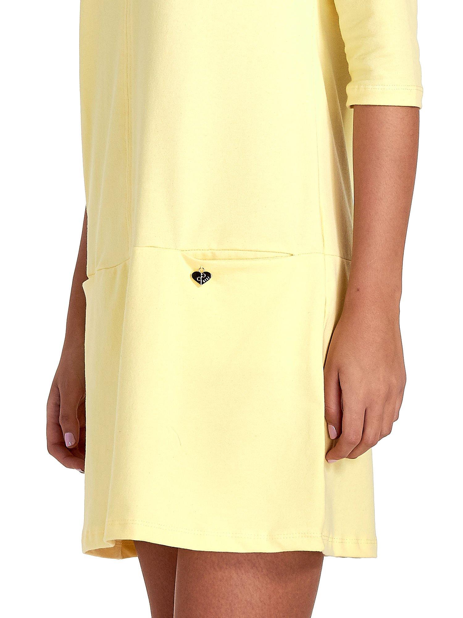 Żółta prosta sukienka z kieszeniami                                   zdj.                                  6