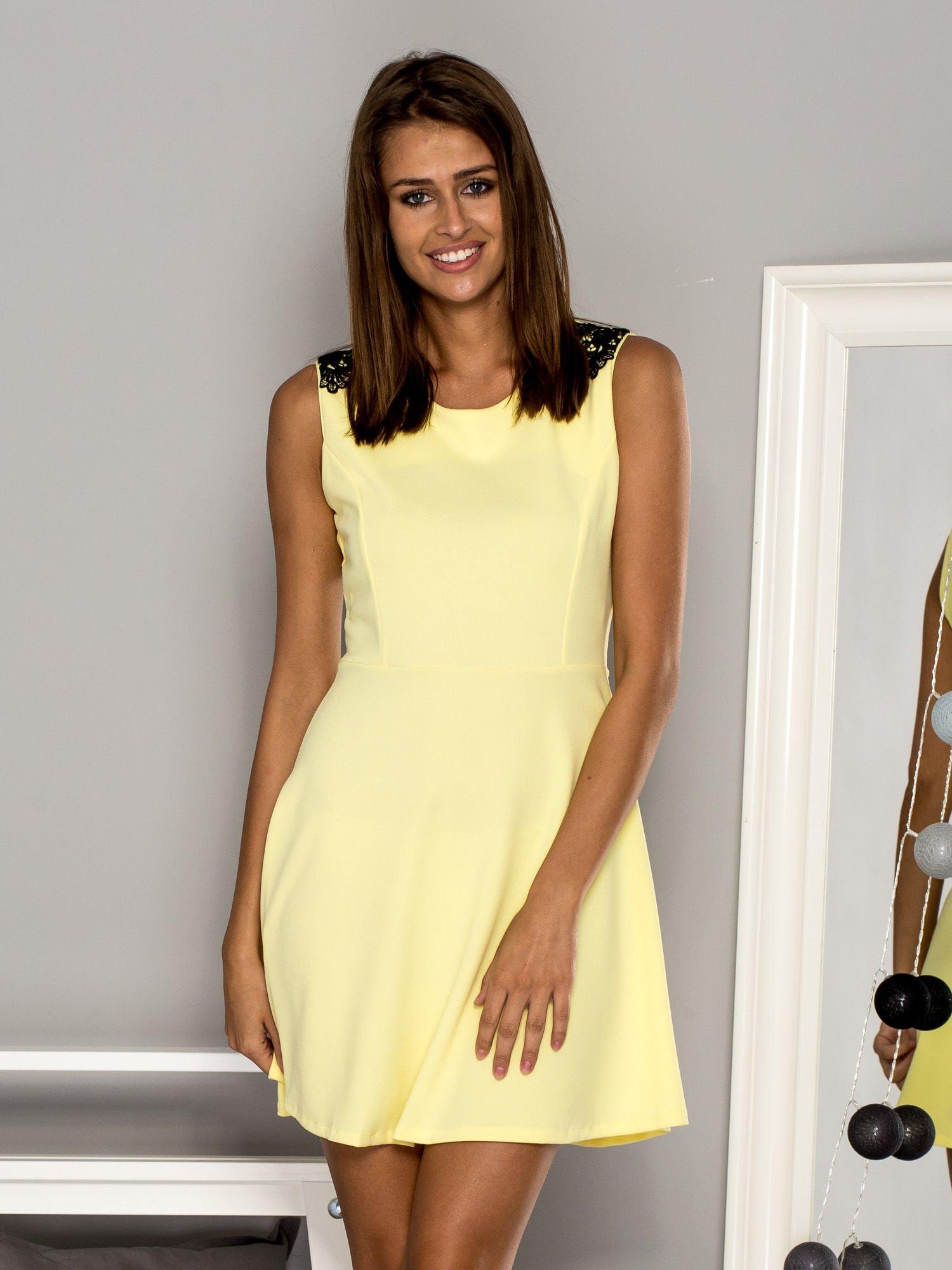 09c0501355 Żółta sukienka koktajlowa z koronkowymi wstawkami - Sukienka koktajlowa -  sklep eButik.pl