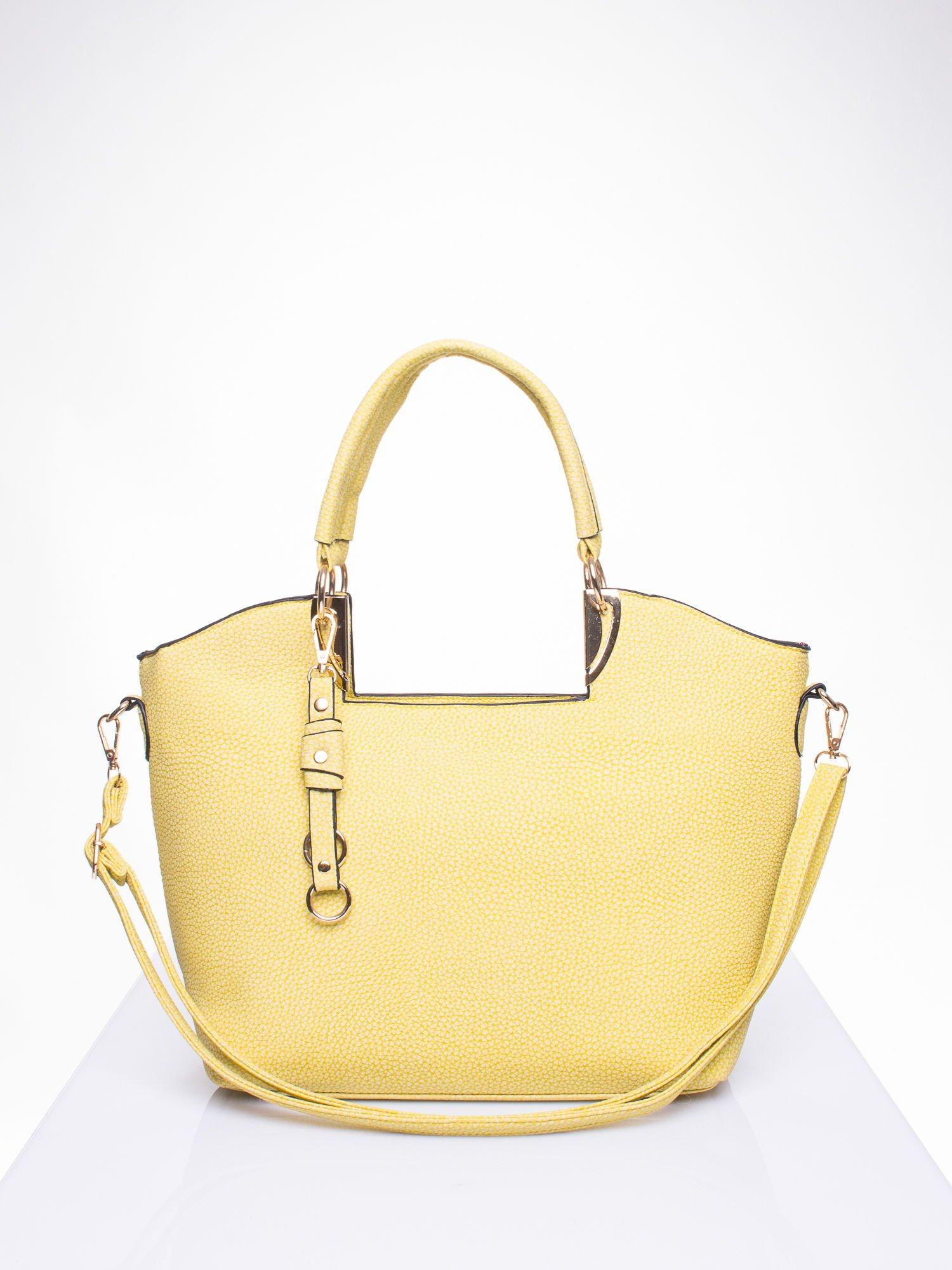 Żółta torebka miejska z ozdobną przypinką                                  zdj.                                  1