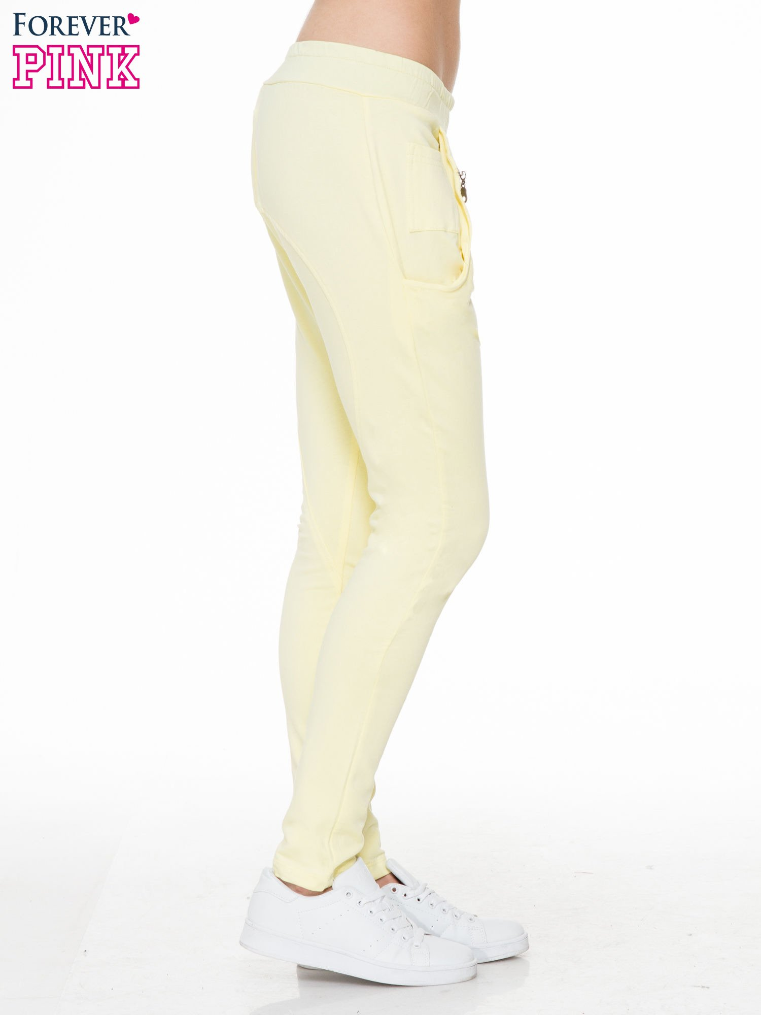 Żółte spodnie dresowe typu baggy z naszywkami                                  zdj.                                  3