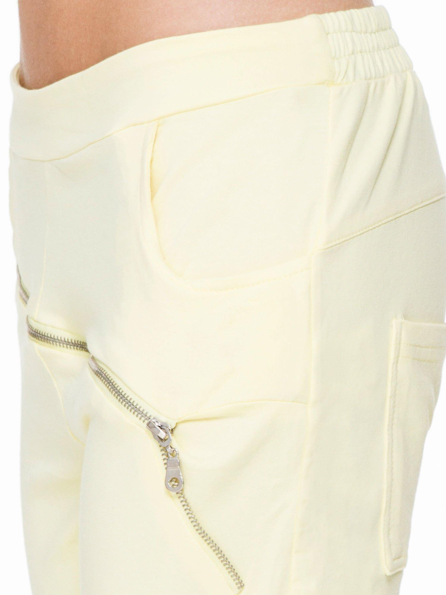Żółte spodnie dresowe typu baggy z suwakiem                                  zdj.                                  6