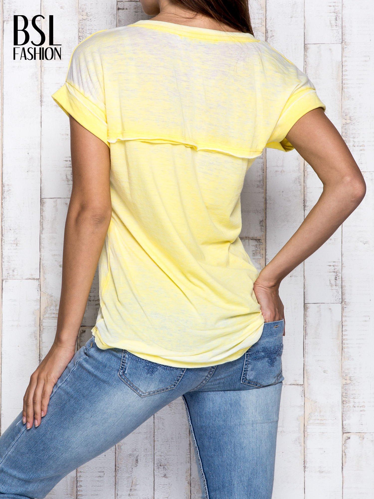 Żółty asymetryczny t-shirt z trójkątnym dekoltem                                  zdj.                                  5