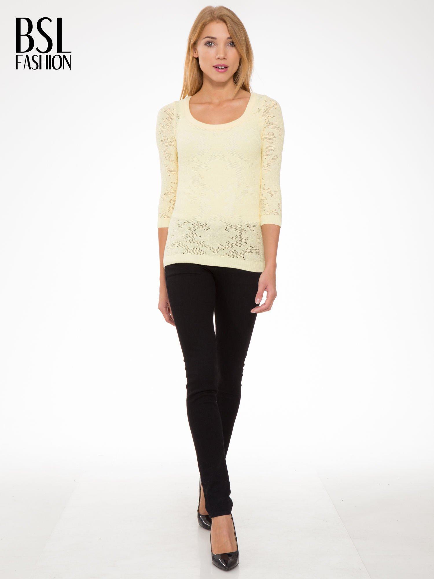 Żółty ażurowy sweter z rękawami 3/4                                  zdj.                                  2