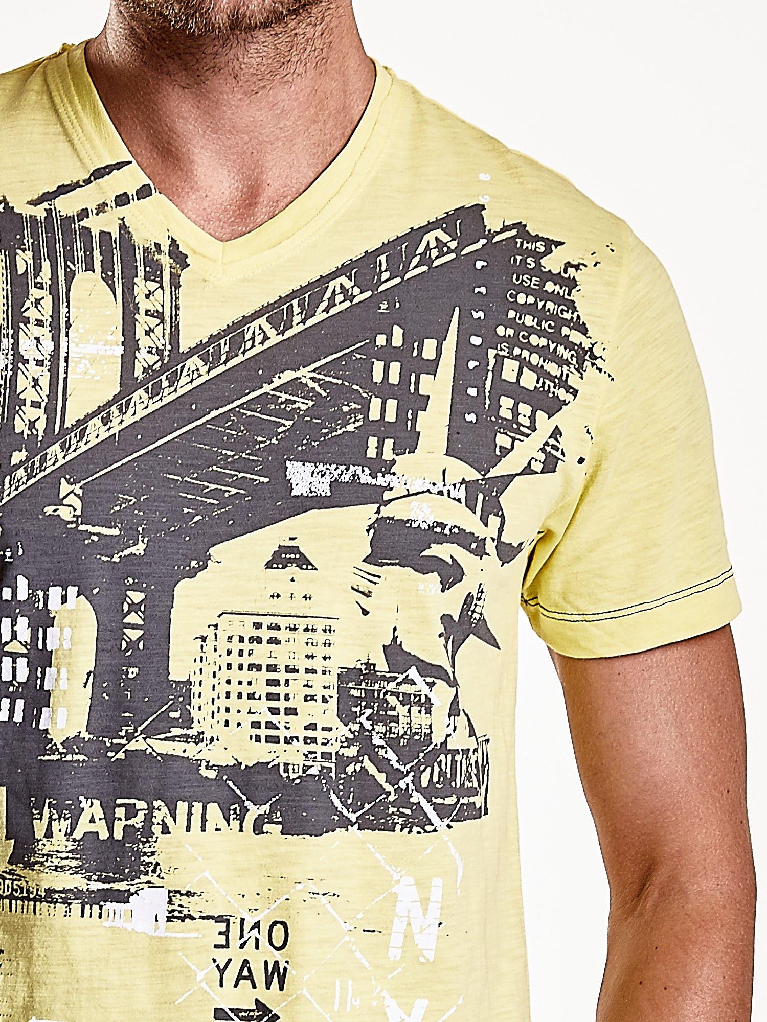 Żółty t-shirt męski z miejskim nadrukiem                                  zdj.                                  7
