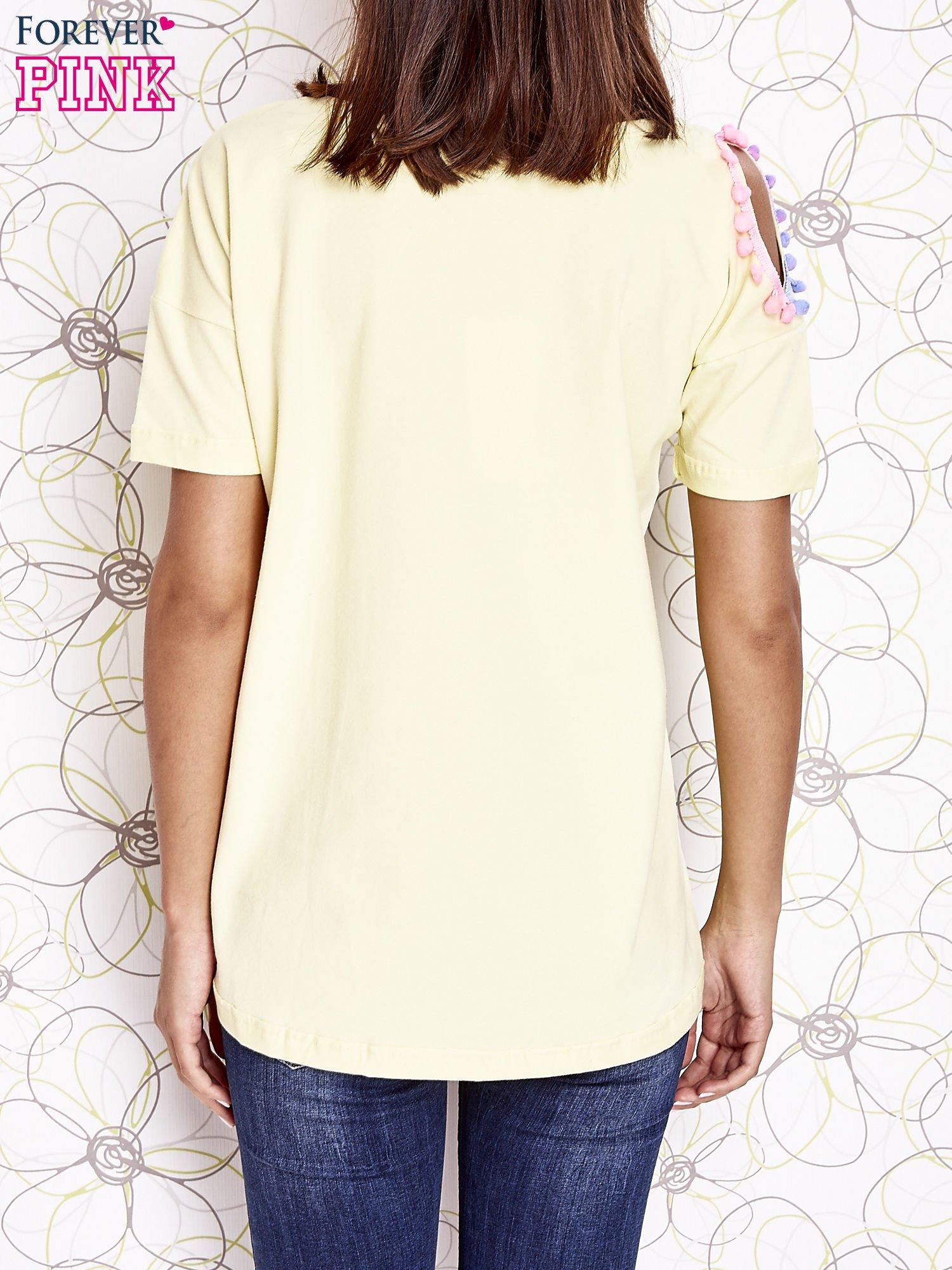 Żółty t-shirt z naszywką motyla i pomponami                                  zdj.                                  4