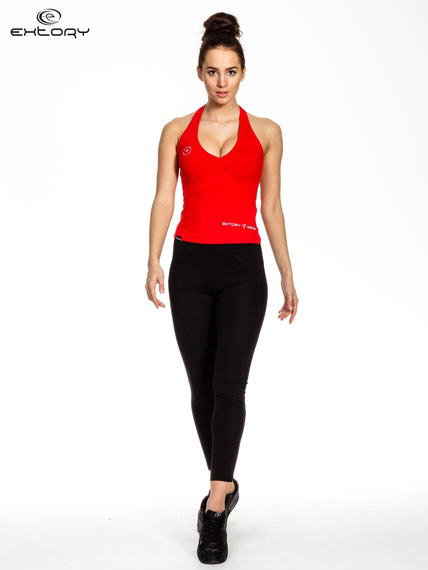 czerwony top sportowy z ramiączkami łączącym się na szyi                                  zdj.                                  2