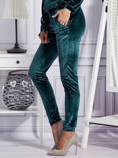 Aksamitne spodnie dresowe ciemnozielone                              zdj.                              3