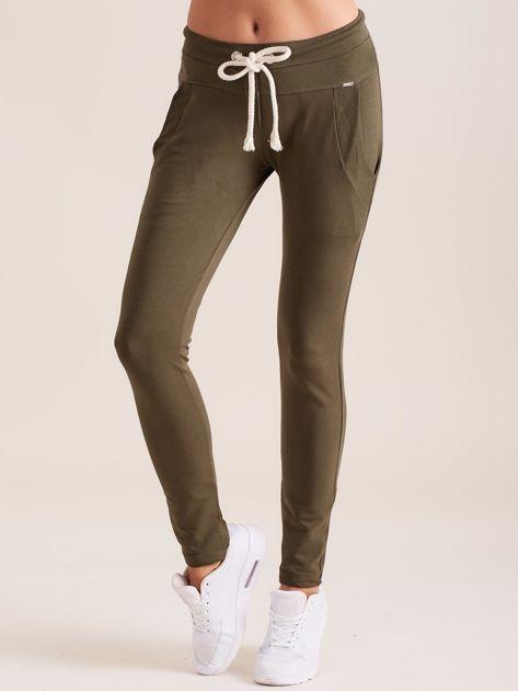 Bawełniane spodnie dresowe z troczkami khaki                              zdj.                              1