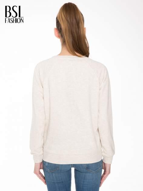 Beżowa bluza z reglanowymi rękawami i nadrukiem MAGNIFIQUE                                  zdj.                                  4