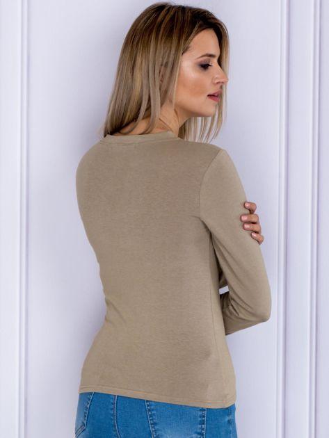 Beżowa bluzka z militarnym nadrukiem                              zdj.                              2