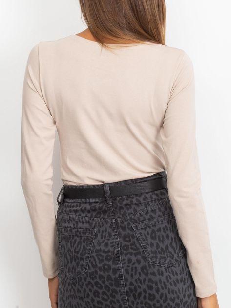 Beżowa dopasowana bluzka z ozdobnym dekoltem                              zdj.                              2