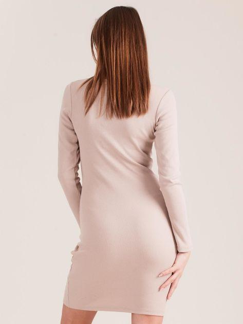 Beżowa dopasowana sukienka z guzikami                              zdj.                              2