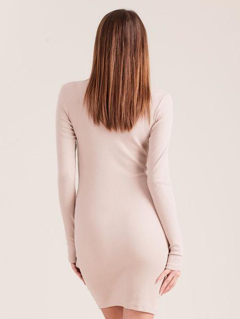 Beżowa dopasowana sukienka z półgolfem                              zdj.                              2