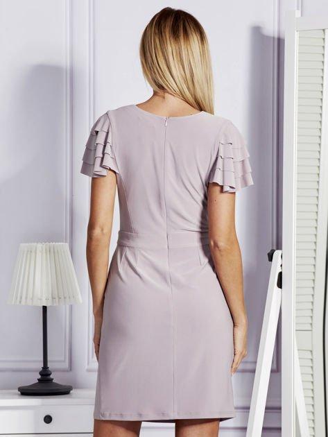 Beżowa sukienka koktajlowa z falbankami na rękawach                              zdj.                              2