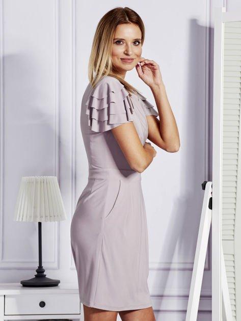 Beżowa sukienka koktajlowa z falbankami na rękawach                              zdj.                              3
