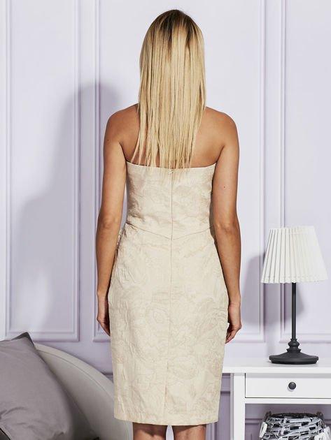 Beżowa sukienka w tłoczony wzór                              zdj.                              2