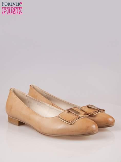 Beżowe baleriny faux leather Sophie ze złotą kokardą                                  zdj.                                  2
