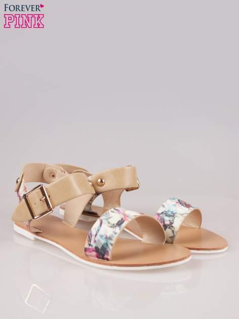 Beżowe kwiatowe płaskie sandały z klamerką                                  zdj.                                  2