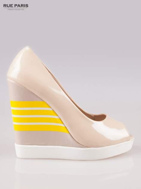 Beżowe lakierowane buty dual material peep toe na wzorzystym koturnie                                  zdj.                                  1