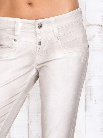 Beżowe mieniące się spodnie z brokatem i przetarciami                                  zdj.                                  4