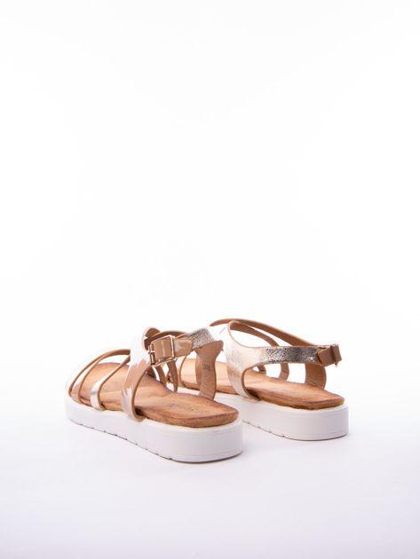 Beżowe sandały SABATINA z lakierowanym paskiem                              zdj.                              4