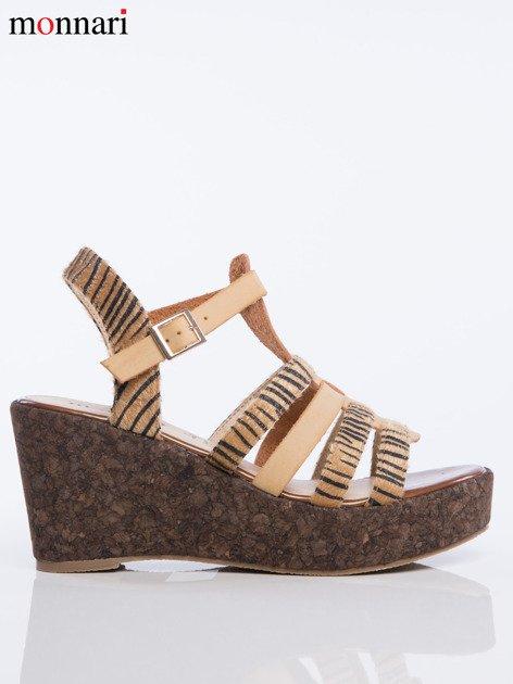 Beżowe sandały na korkowych koturanach Monnari z tygrysim wzorem na paskach                              zdj.                              2