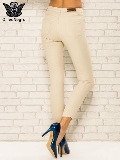 Beżowe spodnie rurki skinny z kieszeniami                                  zdj.                                  4