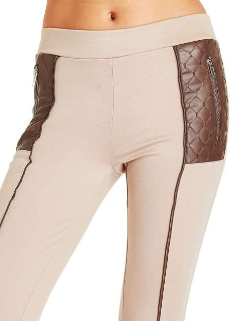 Beżowe spodnie w stylu motocyklowym ze skórzanymi wstawkami i suwakami                                  zdj.                                  5
