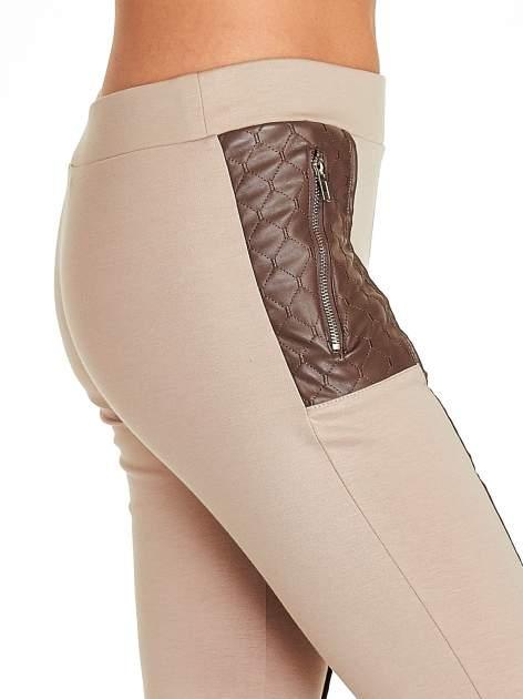 Beżowe spodnie w stylu motocyklowym ze skórzanymi wstawkami i suwakami                                  zdj.                                  6
