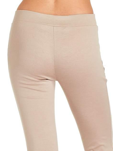 Beżowe spodnie w stylu motocyklowym ze skórzanymi wstawkami i suwakami                                  zdj.                                  7