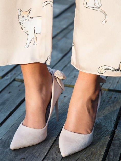 Beżowe zamszowe szpilki z ozdobną kokardką na tyle buta                                  zdj.                                  4