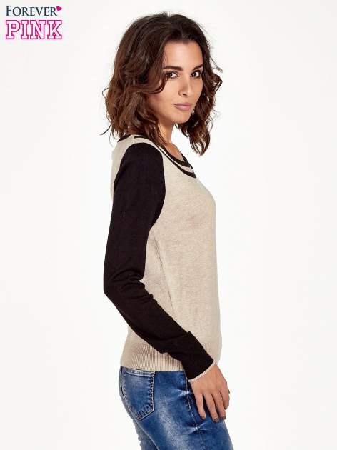 Beżowo-czarny sweter z ozdobnym dekoltem w łódkę                                  zdj.                                  3