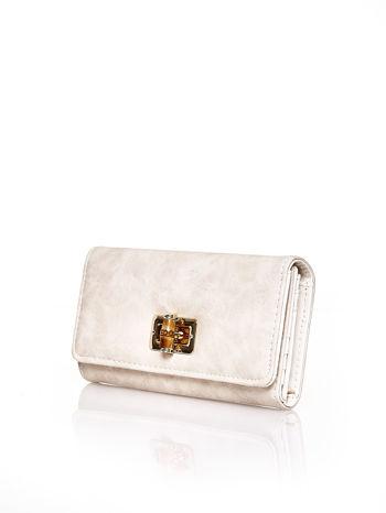 Beżowy fakturowany portfel ze stylizowanym zapięciem                                   zdj.                                  3