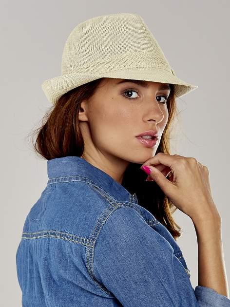 Beżowy kapelusz fedora z ażurową kokardą                                  zdj.                                  3