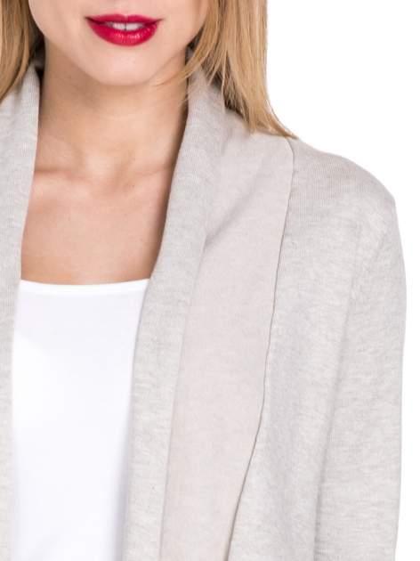 Beżowy otwarty sweter narzutka z dłuższym tyłem                                  zdj.                                  5