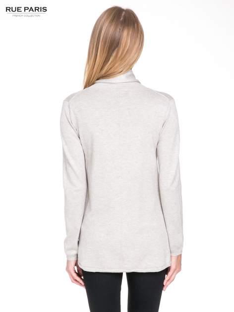 Beżowy otwarty sweter narzutka z dłuższym tyłem                                  zdj.                                  4