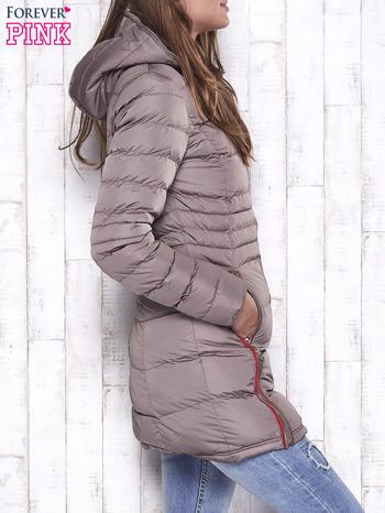 Beżowy pikowany płaszcz ze złotymi suwakami                                  zdj.                                  3