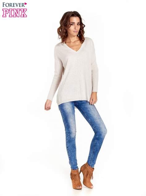 Beżowy sweter V-neck z rozporkami                                  zdj.                                  8