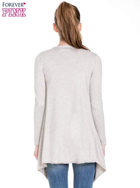Beżowy sweter narzutka o kroju waterfall                                  zdj.                                  4
