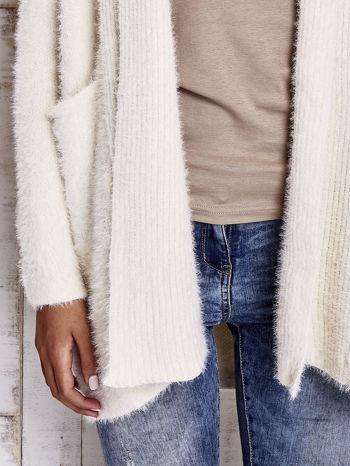 Beżowy sweter oversize z kieszeniami                                  zdj.                                  5