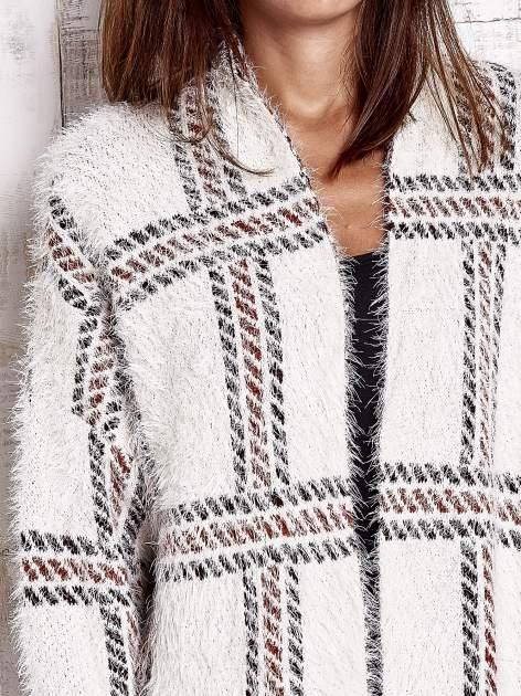 Beżowy sweter w kratę z kieszeniami                                  zdj.                                  6