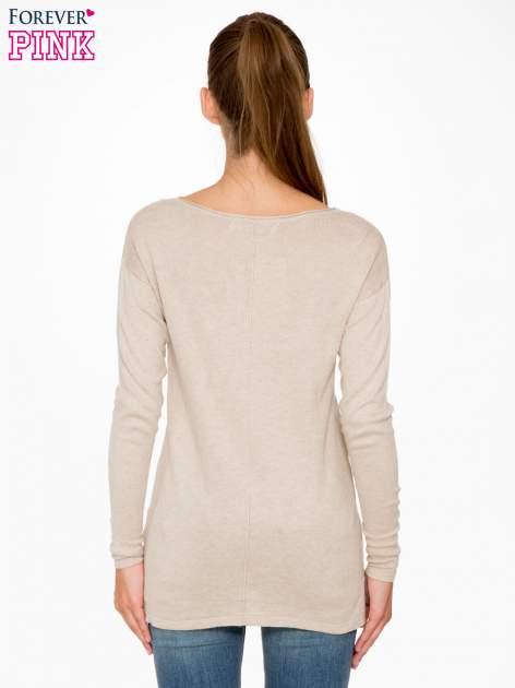 Beżowy sweter z dłuższym tyłem i rozporkami po bokach                                  zdj.                                  4