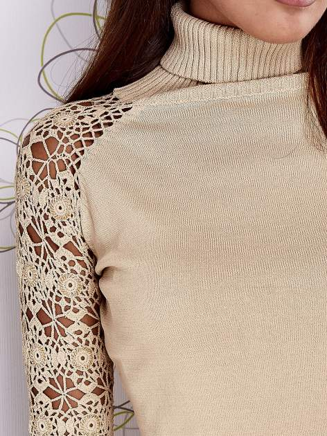 Beżowy sweter z golfem i ażurowymi rękawami                                  zdj.                                  6
