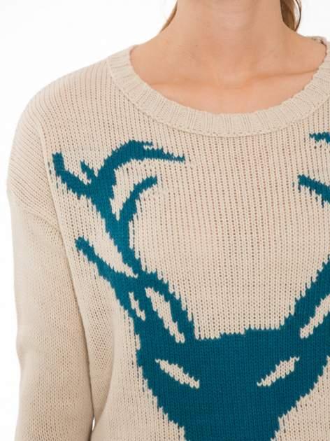 Beżowy sweter z jelonkiem i efektem destroyed                                  zdj.                                  5