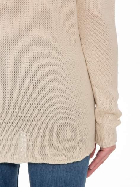Beżowy sweter z jelonkiem i efektem destroyed                                  zdj.                                  9